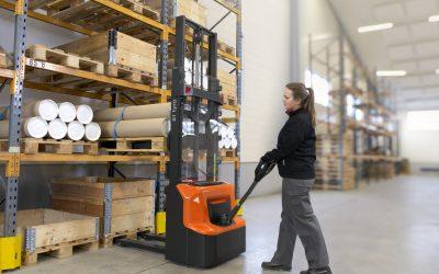 Novo equipamento de armazém para operações de empilhamento